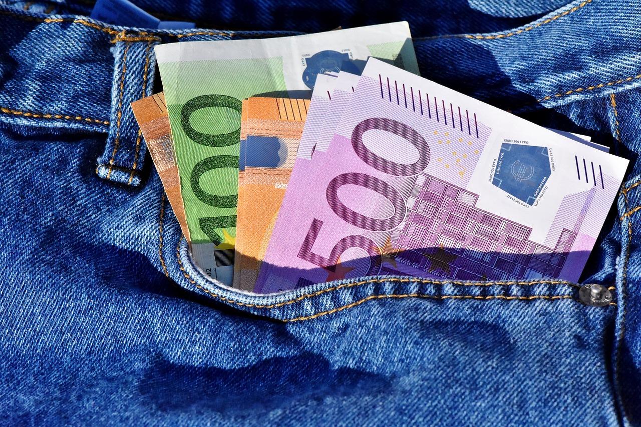 banknoty w kieszeni spodni